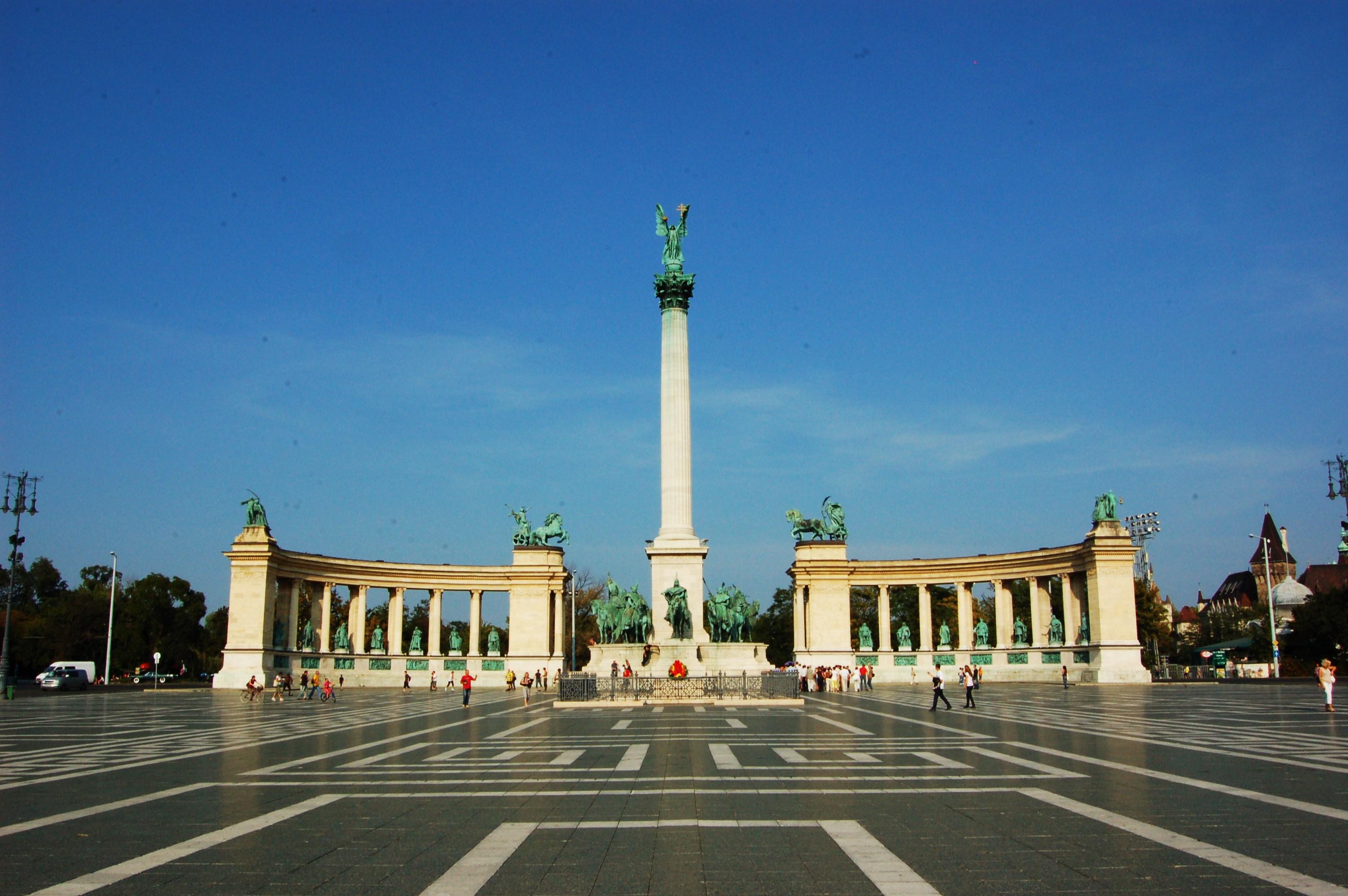 http://marinettedesign.do.am/Budapest/bpkepek/Heroes_Square_Budapest.jpg